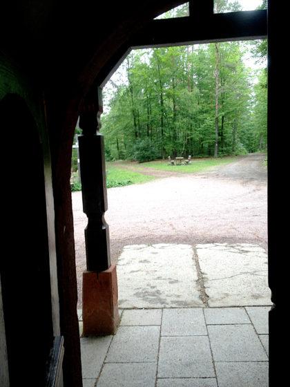 Blick aus der Kapelle auf die in so ziemlich alle Richtungen führenden Pfade