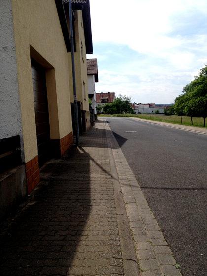 ...dann durch tischebene Straßen...