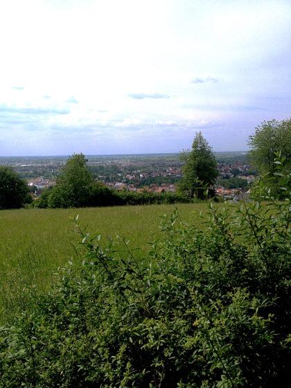 Blick über Sulzbach am Main bis zu einem dunstigen Horizont aus Himmel und Hügeln