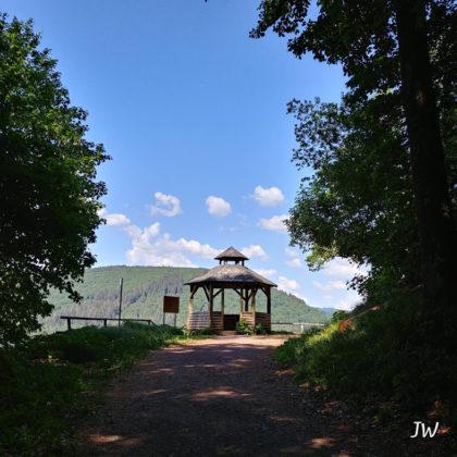 Kurz vor einem Aussichtspunkt runter ins Neckartal