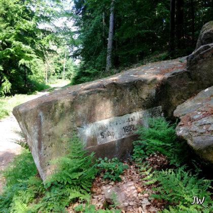 Der Tillystein in Erinnerung an die blutigen Zeiten des Dreißigjährigen Krieges, als der katholische Feldherr Tilly die Burgfeste beschießen ließ und seine Söldner das Land verwüsteten