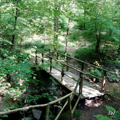 Malerisches Tal mit Brücke...