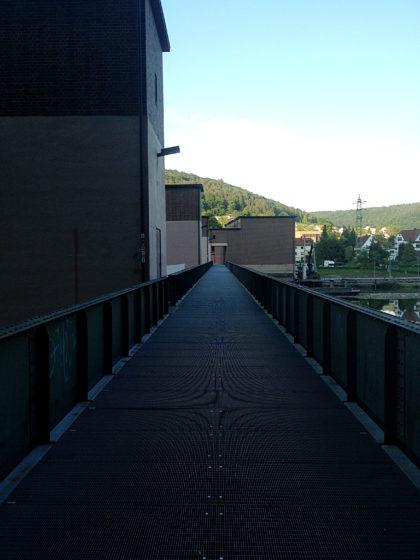 Unten am Neckar; wir überqueren die Schleusenbrücke