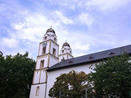 Die sog. Sarazenenturmkirche, deren Türme nach orientalischem Vorbild erbaut worden sein sollen