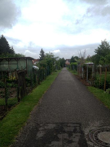 Ein Radweg durch eine Kleingartensiedlung
