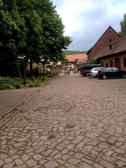 In Kloster Himmelthal, das schon lange als Bildungseinrichtung und Internatsschule genutzt wird, findet eine Veranstaltung statt; aber am linken Bildrand sehe ich auch schon die Wegweiser des Marienweges