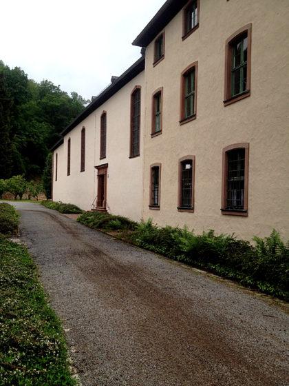 An einem Klostergebäude vorüber...
