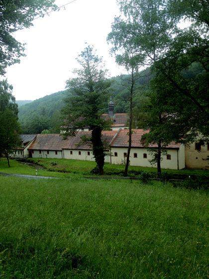 ...dann weiter auf einem Asphaltweg oberhalb des Klosters. Mittlerweile schüttet es aus Kübeln