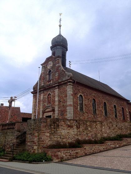 Die barocke Kirche St. Johannes der Täufer und St. Johannes der Evangelist in Schmachtenberg