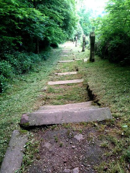 Ich stapfe die unregelmäßigen Stufen eines Kreuzweges hinunter