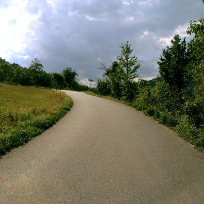 ...dann wandern wir über diesen schönen, in der Spätsommernachmittagssonne leuchtenden Asphaltweg