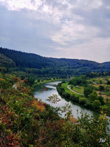 Unter uns der Neckar, schimmernd wie Seidengarn