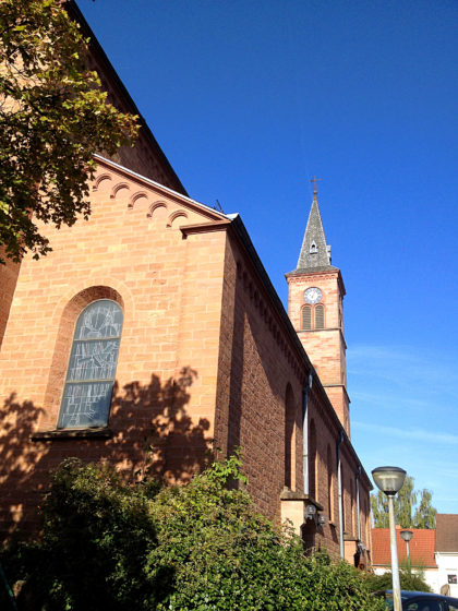 Auf dem Weg zum Brunnenpfad vorbei an der Kirche St. Nikolaus