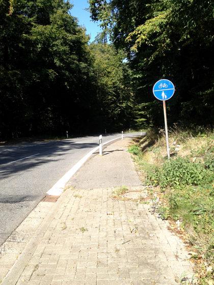 Fußweg an der Landstraße entlang