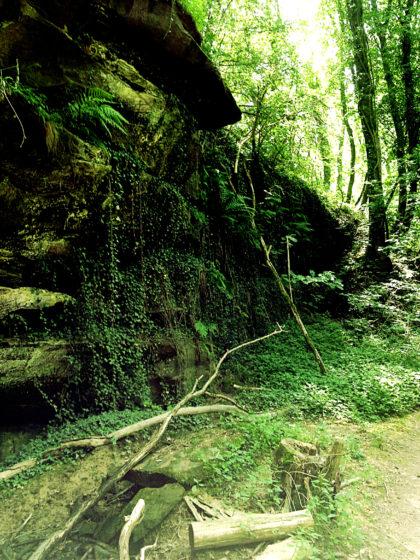 Felsen und auch Steinbrüche liegen am  Weg