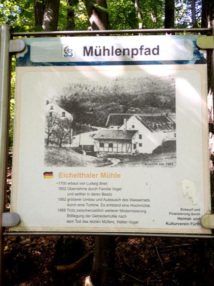 Vier stillgelegte Mühlen entlang des Pfades, wovon eine mittlerweile völlig verschwunden ist