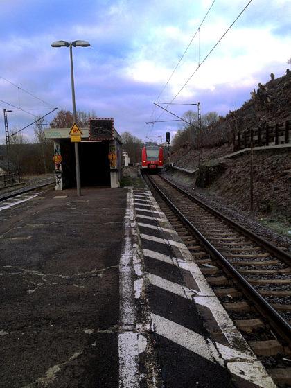 Der Bahnsteig in Fremersdorf zwischen Saarlouis und Merzig