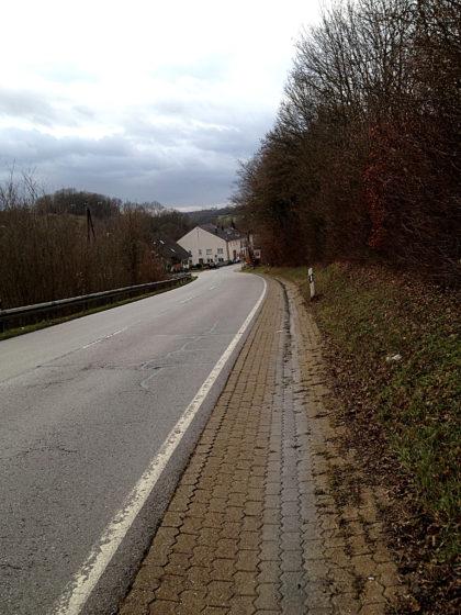 Ich biege auf die Landstraße ab und befinde mich ca. 200 Meter vor Niedaltdorf