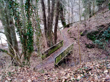 """Noch auf dem Edelsteinschleiferweg, aber hinter dieser Brücke stößt der Weg dann auf die """"Kama"""""""
