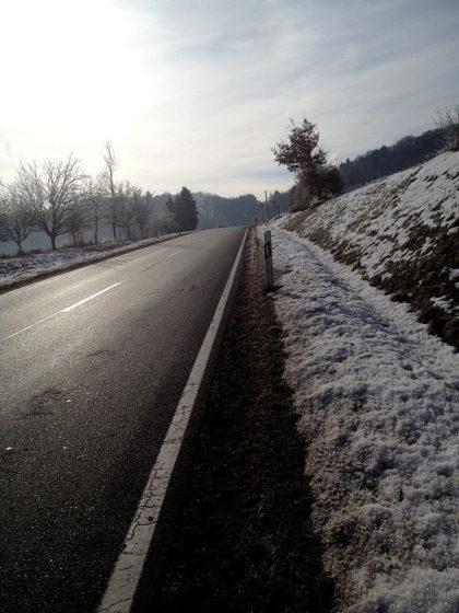 Schon hinter Limbach, ein paar hundert Meter an der Landstraße entlang