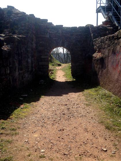 Ursprünglich als Sitz hiesiger Grafen errichtet, diente die Burg später als Festung, dann als Steinbruch