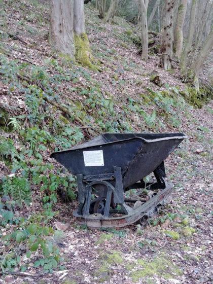 Ein uralter Förderwagen, eingesetzt beim Abbau des Sandsteins
