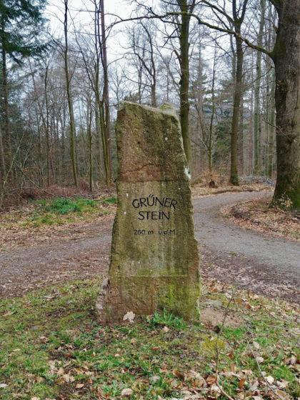 """Der """"Grüne Stein"""", auf dem Entfernungsangaben aus früheren Zeiten zu lesen sind"""