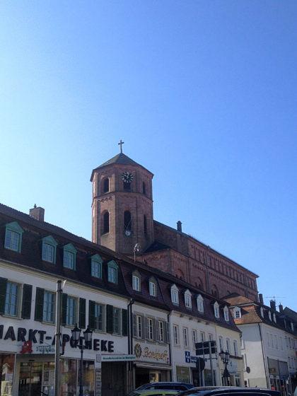 Die Kirche St. Michael mit ihrem achteckigen Kirchturm