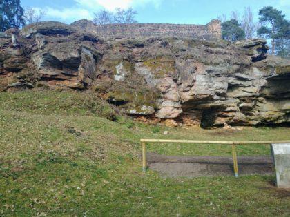 Die Ruine der kleinen Merburg auf dem 12 Meter hohen Malafelsen