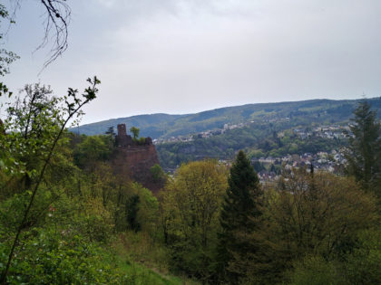 Blick vom Schloss hinüber zur Ruine Bosselburg und ins Tal