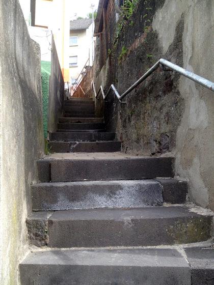 Die Umleitung führt u. a. diese enge, dunkle Treppe hinauf