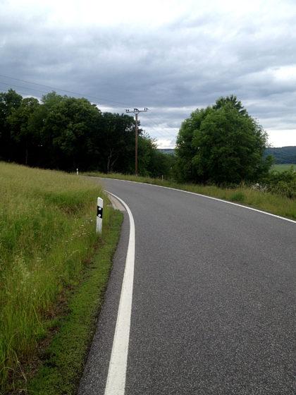 Eine von mehreren Landstraßen, die wir überqueren müssen