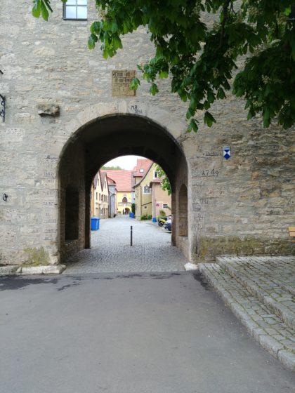 Das Maintor in Frickenhausen - mit den Höchstständen verschiedener Rekordhochwasserkatastrophen