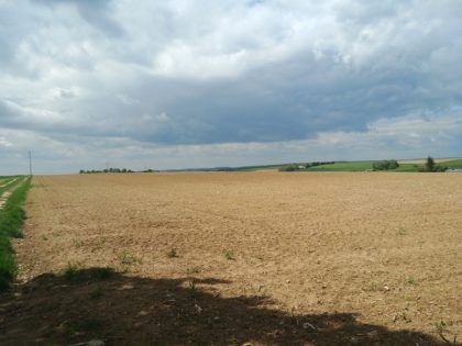 Ein Plateau mit Äckern und Wiesen