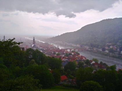 Wunderbarer Blick vom Schloss auf Heidelberg, diesmal im Regen