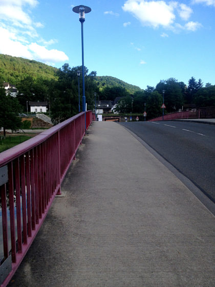 Noch über die Lahnbrücke hinüber ...