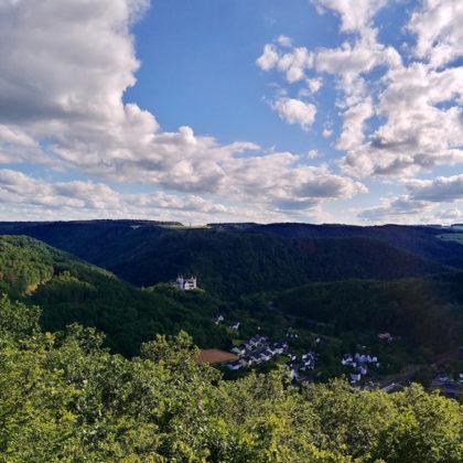 Wir stehen auf einer Aussichtsplattform hoch über dem Lahntal; in der Ferne Obernhof und Kloster Arnstein