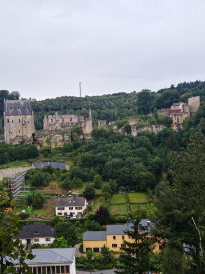 Blick auf die Burgruine Fels bzw. Larochette oberhalb des Ortes