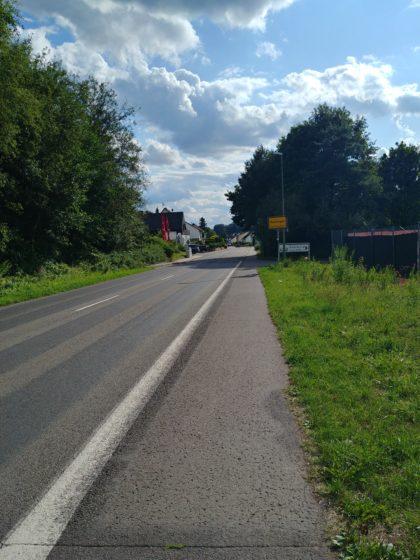 Das Ortsschild von Beckingen ist in Sichtweite, von da an sind es noch gut zwei Kilometer bis zum Bahnhof