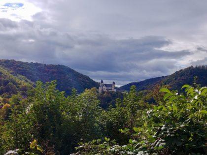 Kloster Arnstein unter dunkelblauem Frühherbsthimmel
