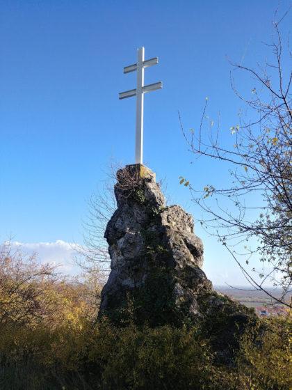 Das Hahnenböhler Kreuz, schon zu Deidesheim gehörig; es handelt sich wohl um ein im frühen 19. Jh. aufgestelltes Wetterkreuz, das Schutz vor Unwettern bieten sollte