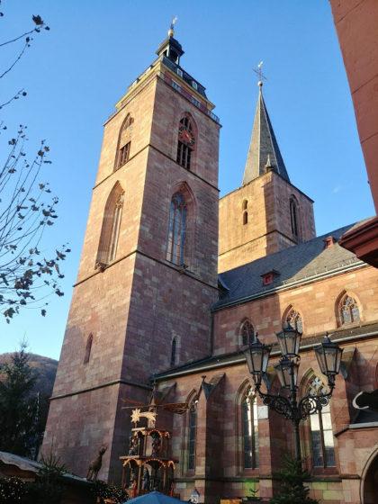 Das Ziel ist erreicht . der Marktplatz in Neustadt mit der Stiftskirche