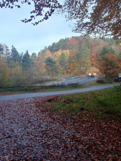 Autobahnausfahrt plus Landstraße und der Entschluss, auf einem kürzeren Weg als ursprünglich geplant nach Hassel zurückzukehren