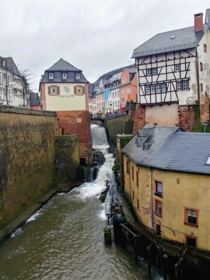 Der 18 Meter in die Tiefe stürzende Wasserfall der Leuk mitten in der Stadt