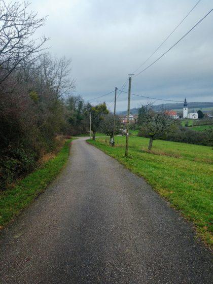Von hier aus sieht man die Kirche auf der deutschen Seite des Dorfes