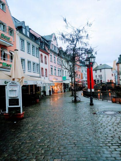 Immer noch Regen und immer noch ein leerer Marktplatz