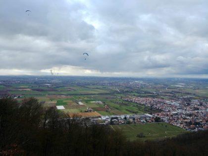 Blick vom Drachenfliegerstartplatz auf dem Ölberg hinunter in die Rheinebene