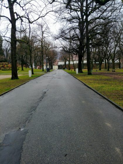 Wir marschieren erst einmal durch den Stadtpark, der leer ist wie eine mandschurische Grassteppe