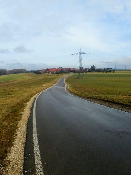 Wir befinden uns jetzt auf einer der typischen Albhochflächen mit kleinen Dörfern, Wiesen und einer einsamen Landstraße