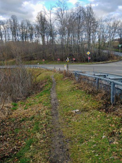 An dieser alles andere als übersichtlichen Stelle kreuzt der Pfad die Landstraße von Türkheim nach Geislingen